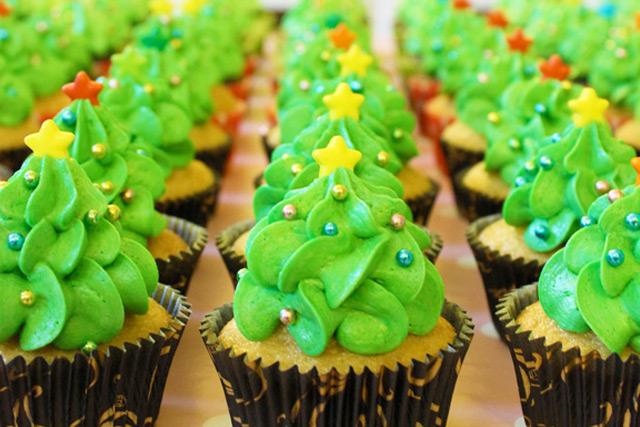 2015-How-to-pipe-Christmas-Tree-Forest-Cupcakes-by-niner-bakes