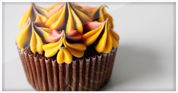 """Schokoladen Cupcakes in mexikanischen """"Piñata"""" Farben"""